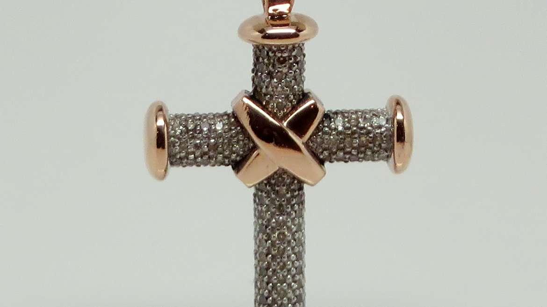 Croix fait en or rose et sertis de diamants