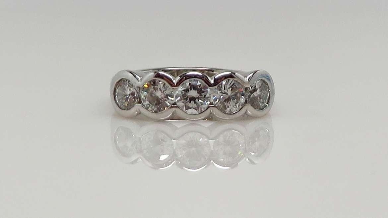 Semi-éternité or blanc serti de 5 diamants ronds de 0.20ct pour un total de 1ct