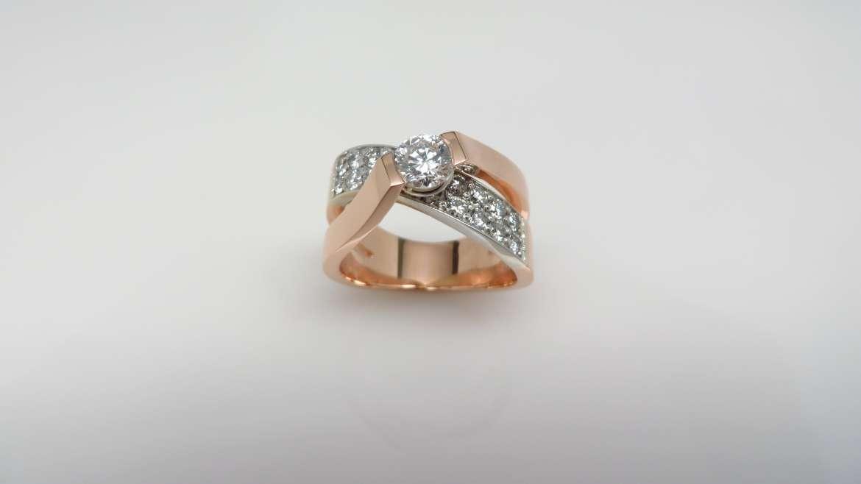 Bague large pour femme or 14 k blanc et rose serti d'un diamant de central de 0.50 ct et de 20 diamants de 0.029ct pout un total de 0.58 ct