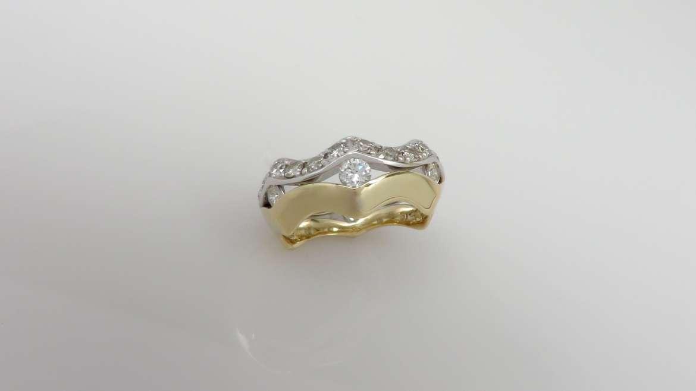 Jonc pour femme or jaune et blanc serti de 21 diamants ronds pour un total de 0.92 ct