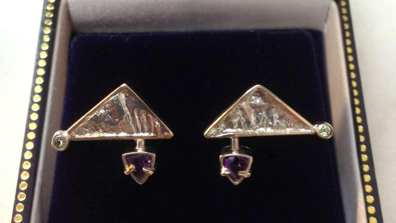 Boucle d'oreille faites à la mains en argent et or 18k serti d'une améthyste et péridot