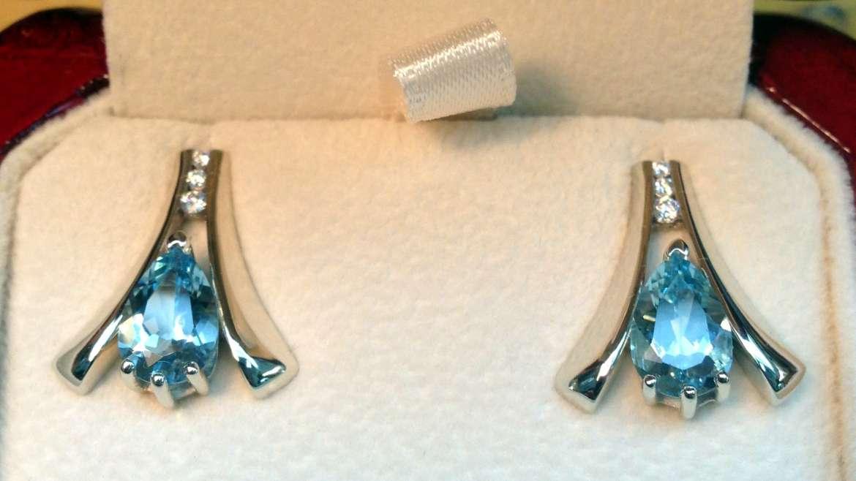 Boucles d'oreilles faites à la mains, en or blanc serti de diamants et topaz bleu
