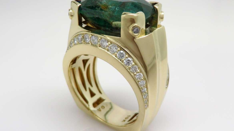 Bague or jaune 14k sertie d'une émeraude de 13.06ct et de 48 diamants