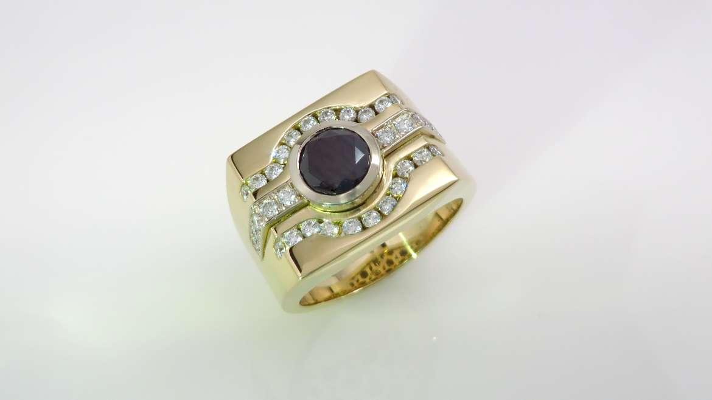 Bague pour homme, or jaune 14kt, serti d'un diamant noir de 0.98ct et de 31 diamants de 0.015ct et 0.02 ct