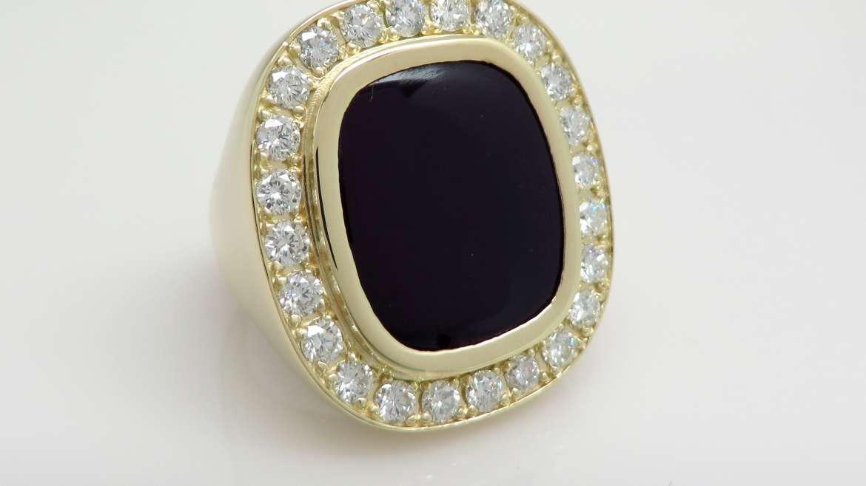 Bague pour homme or jaune 10k sertie d'un onyx et de 24 diamants totalisant 1.2 ct.