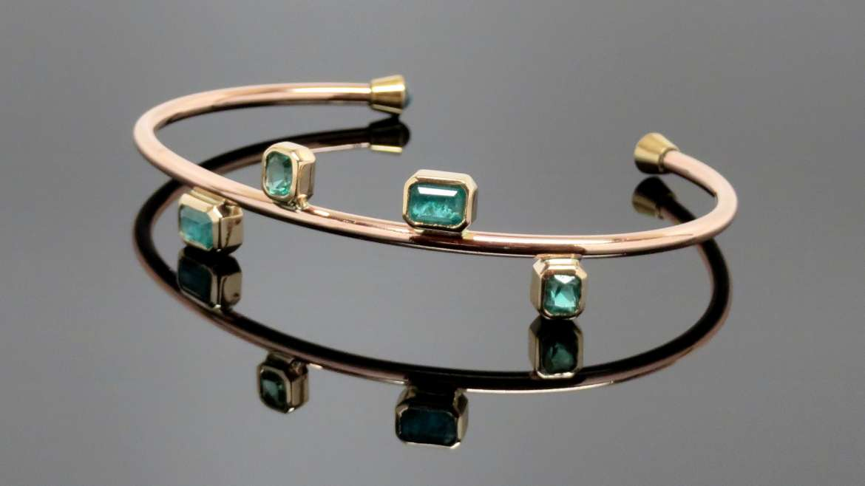Bracelet fait à la main en or rose sertis d'émeraudes