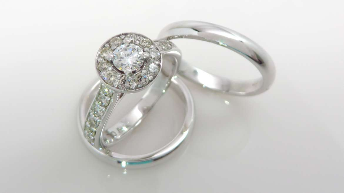 Bague or blanc 14k avec un total de 0.72 ct de diamants