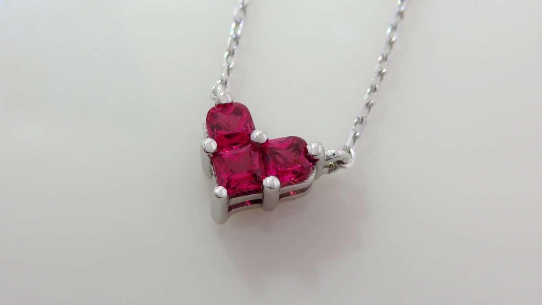 Pendentif coeur en or blanc 10 k sertis de ruby de forme princesse