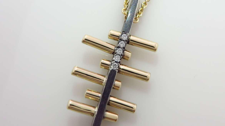 Pendentif fait à la mains en argent oxydé et or jaune 10 k sertis de 5 diamants