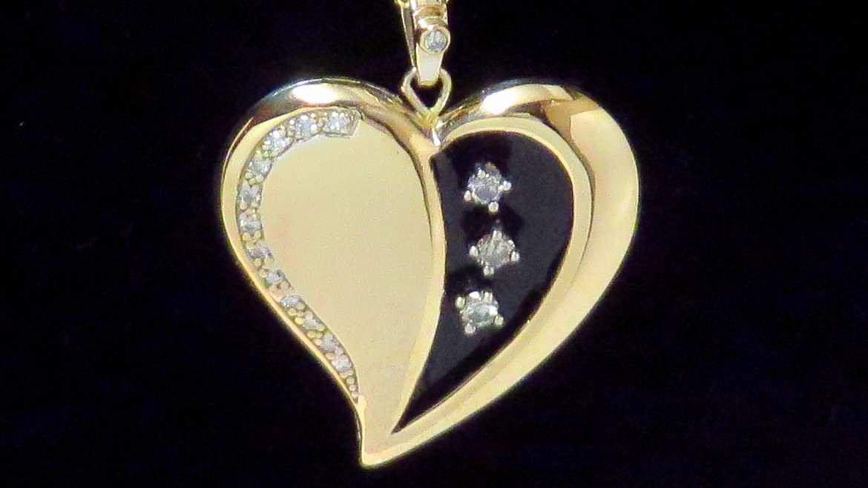 pendentif coeur en or jaune sertis de diamants