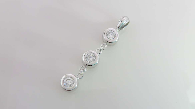 pendentif en or blanc sertis de diamants
